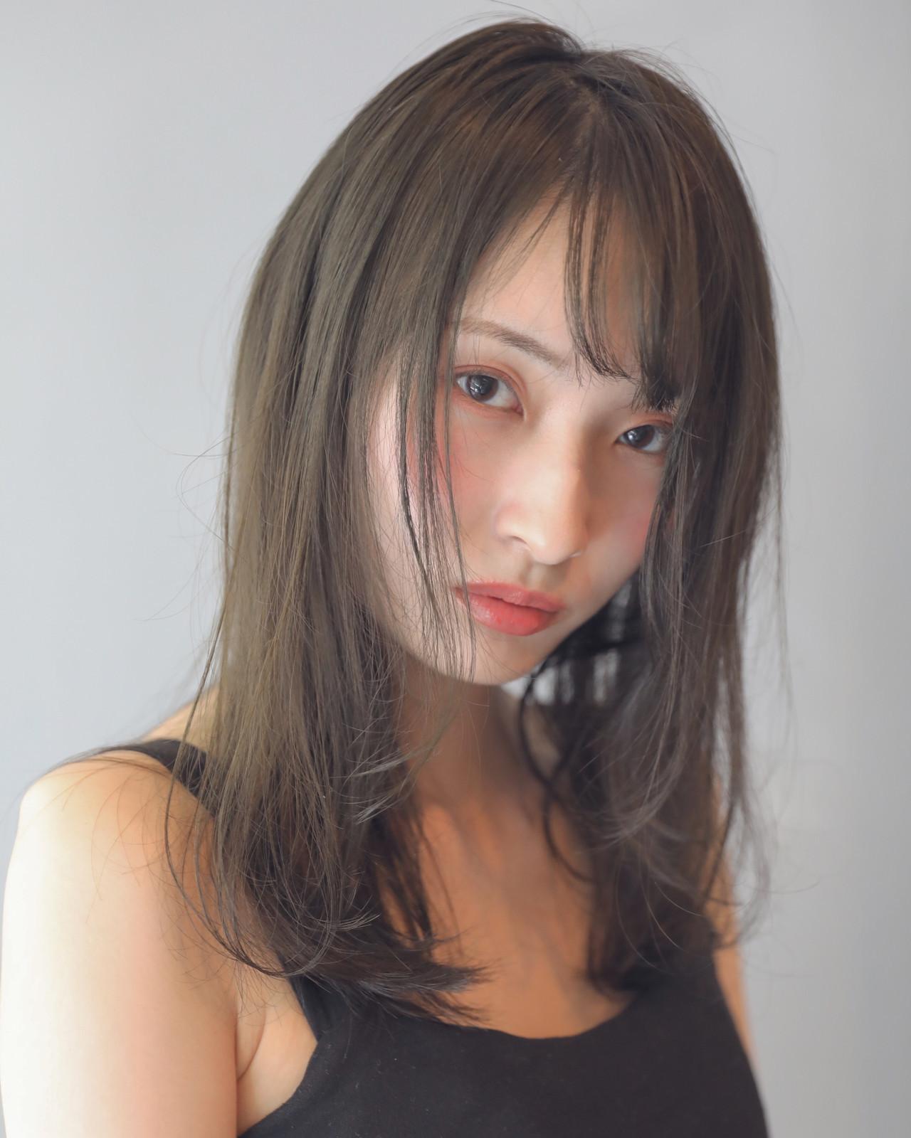 ミディアム フェミニン スモーキーアッシュ ハイトーンカラー ヘアスタイルや髪型の写真・画像