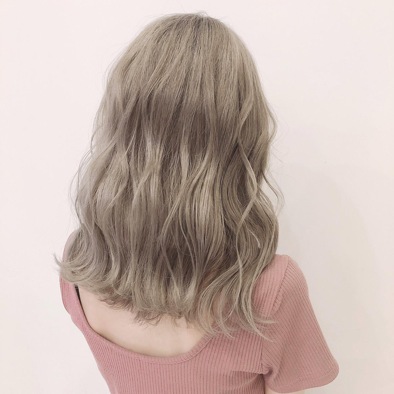 ミルクティーベージュ ハイトーンカラー セミロング ガーリー ヘアスタイルや髪型の写真・画像