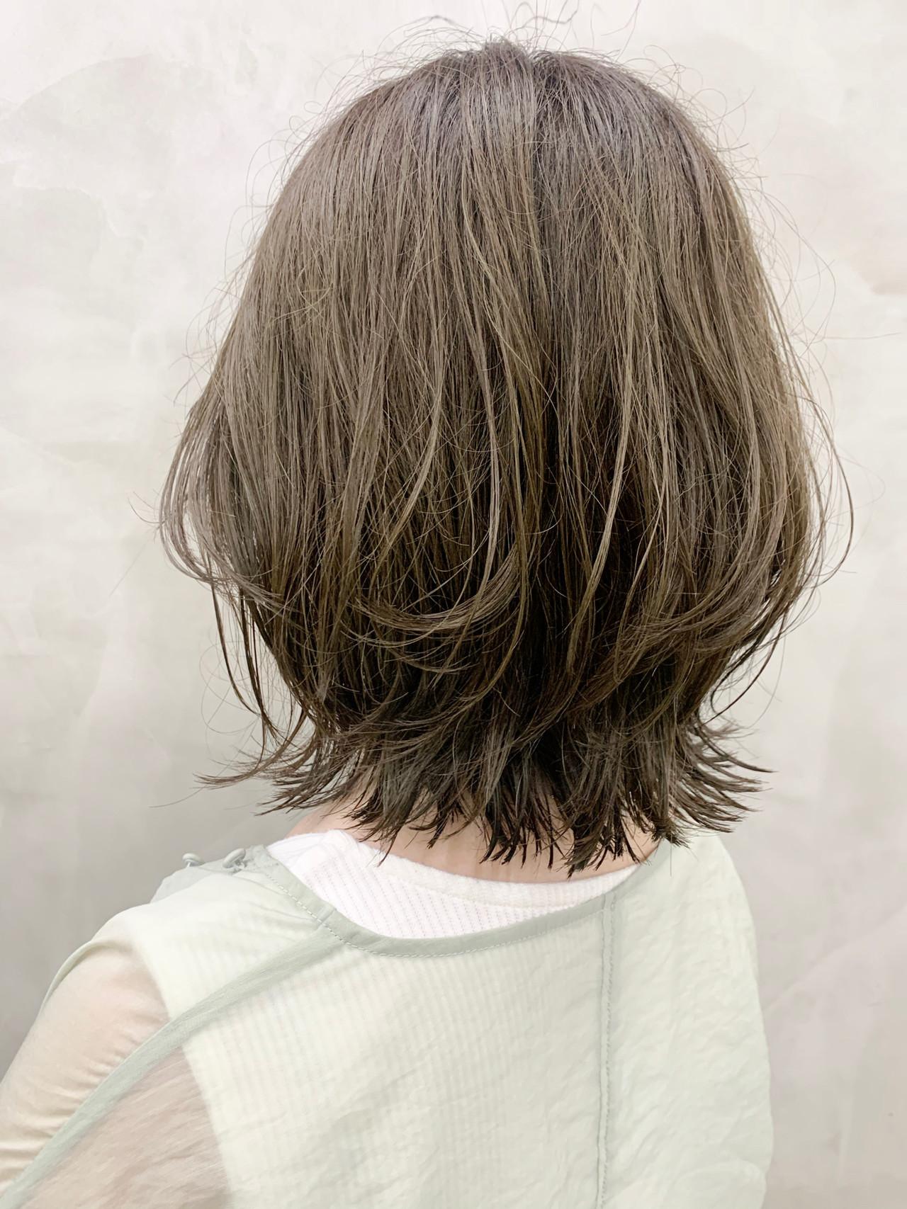 オリーブカラー イルミナカラー レイヤーボブ オリーブベージュ ヘアスタイルや髪型の写真・画像