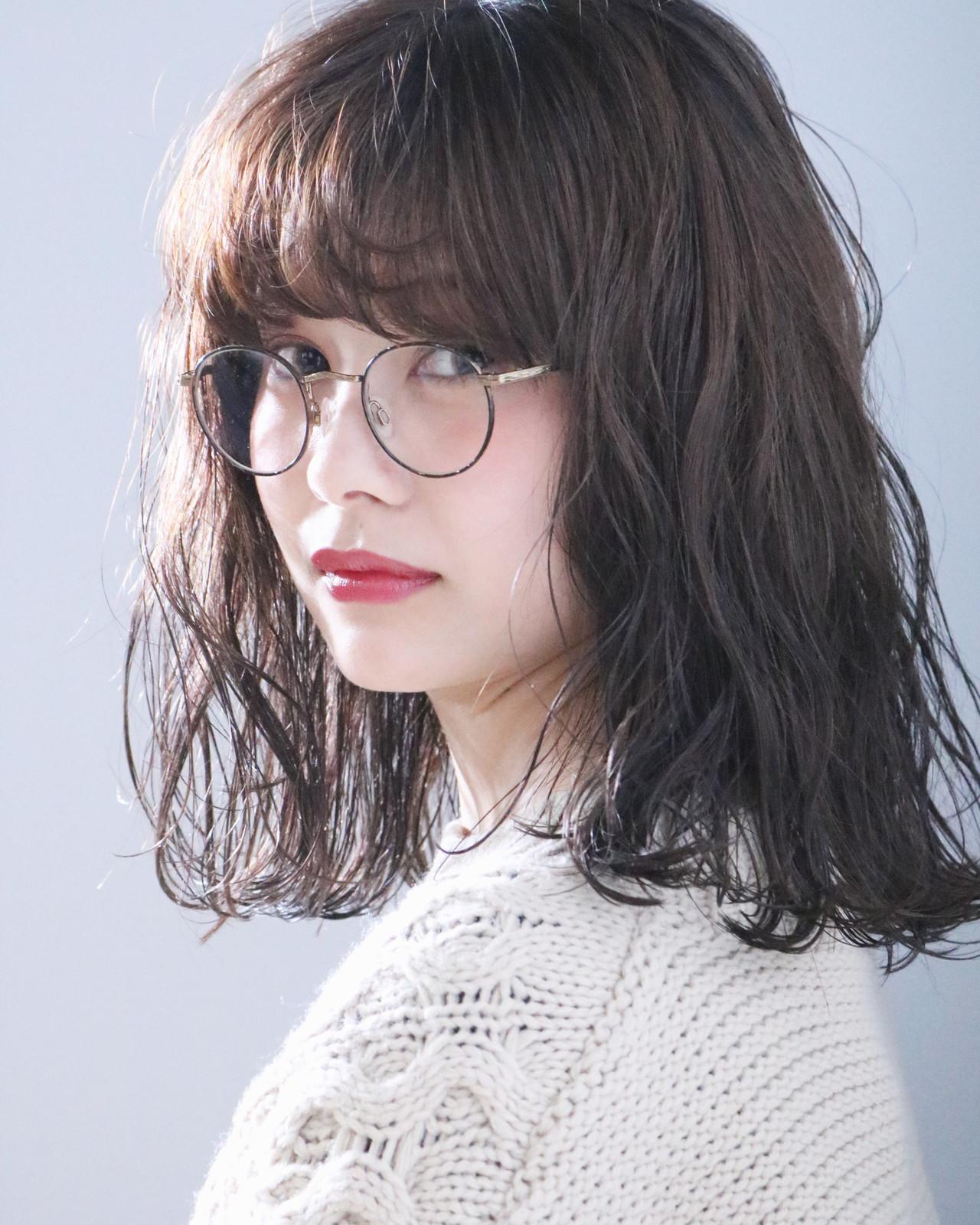 メガネ アンニュイほつれヘア ヘアアレンジ ナチュラル ヘアスタイルや髪型の写真・画像