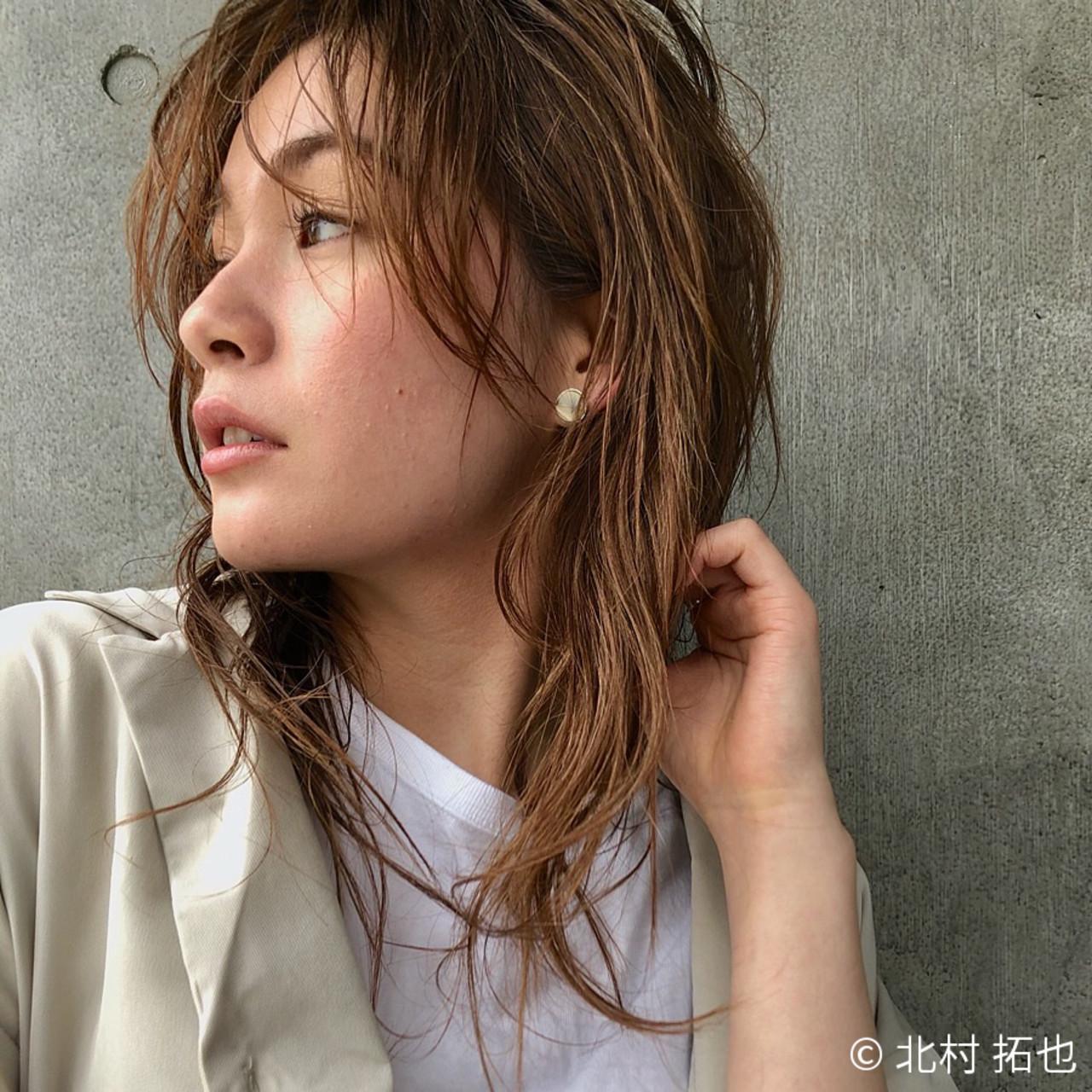 シアーベージュ レイヤーロングヘア 極細ハイライト ゆるウェーブ ヘアスタイルや髪型の写真・画像