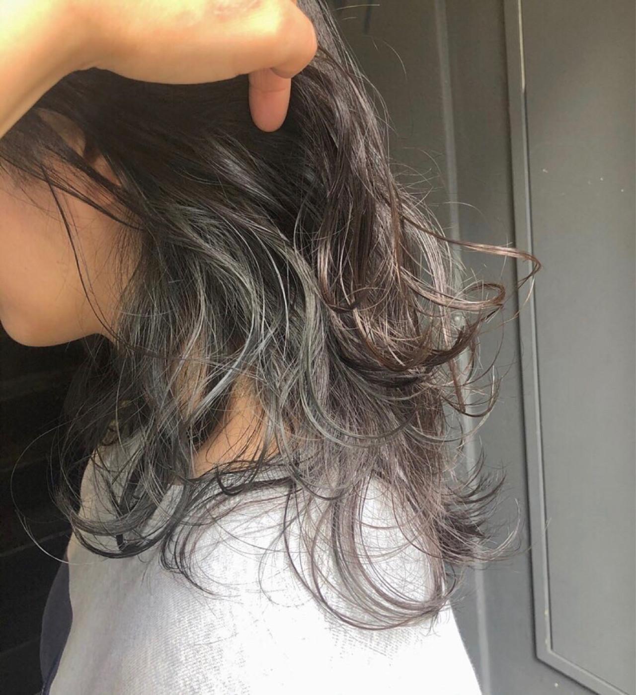 イヤリングカラー ミディアム インナーカラー ナチュラル ヘアスタイルや髪型の写真・画像