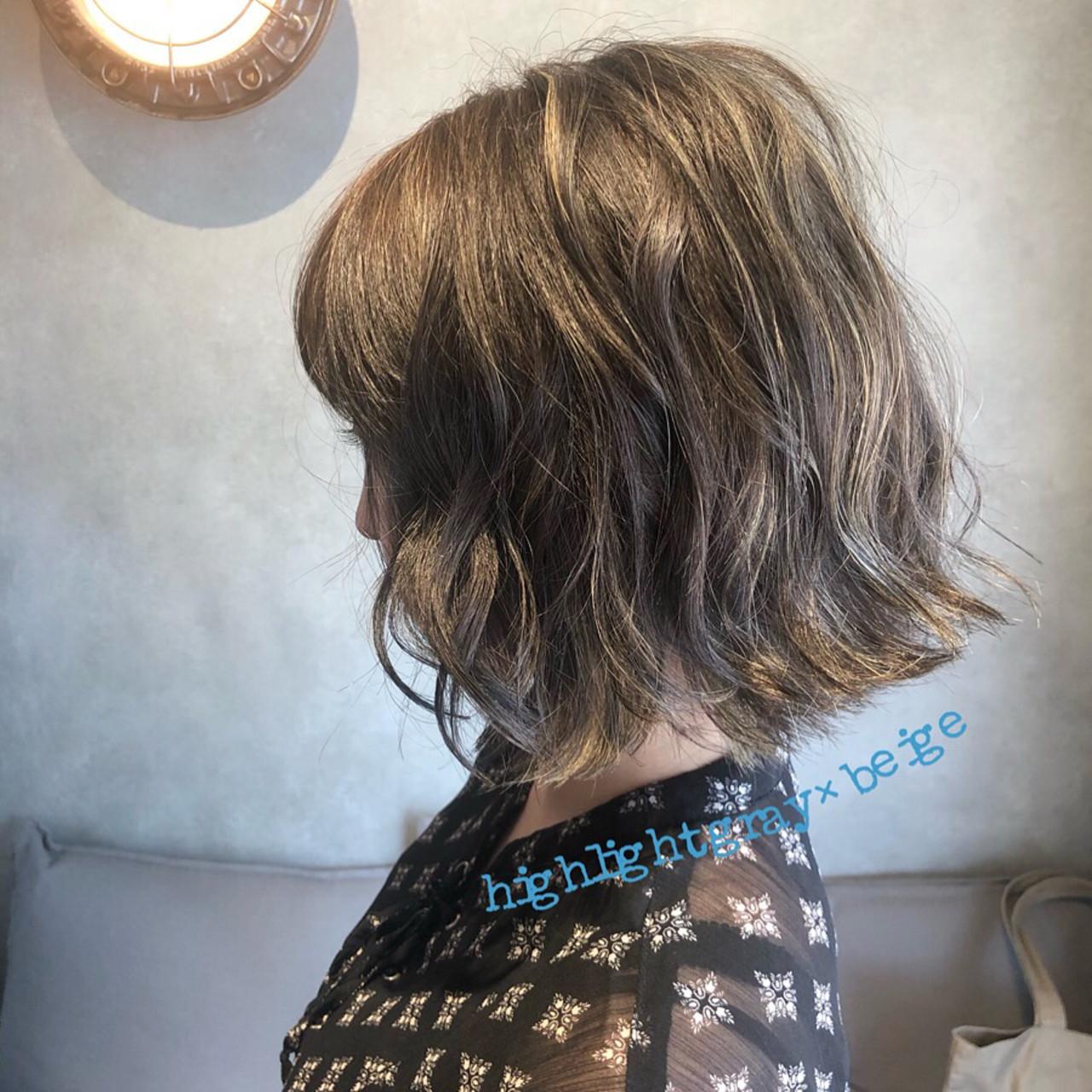 コンサバ ベージュ アンニュイ くせ毛風 ヘアスタイルや髪型の写真・画像