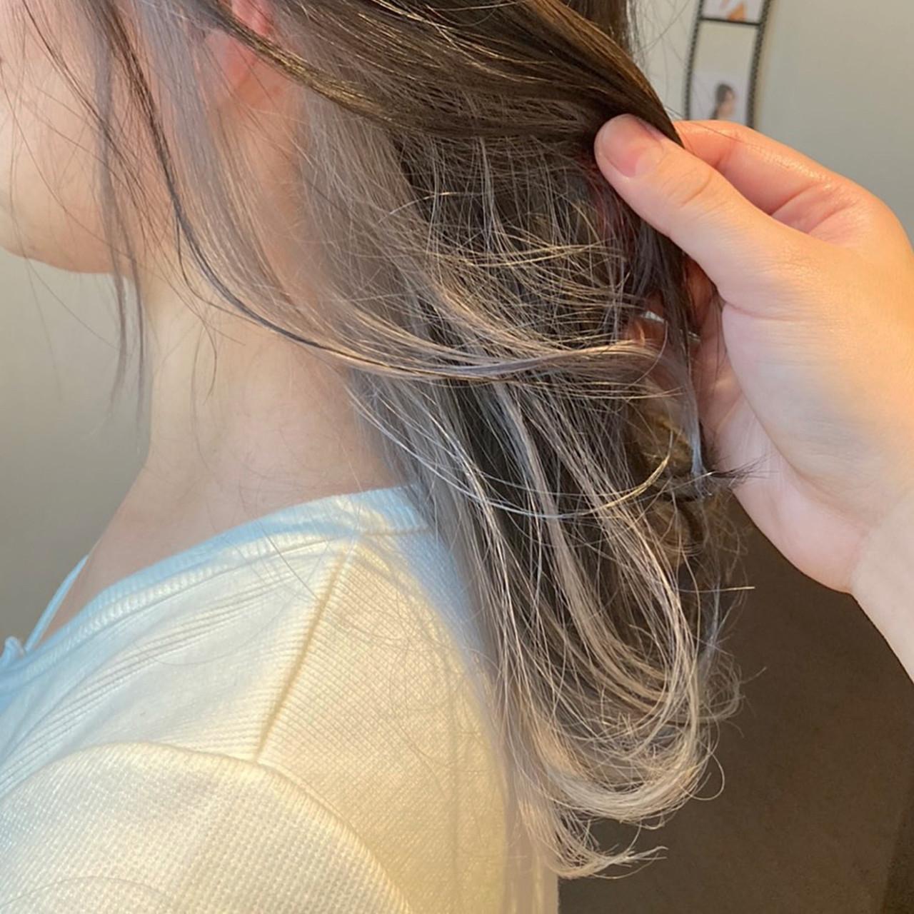 インナーカラーシルバー ホワイトシルバー インナーカラー モード ヘアスタイルや髪型の写真・画像