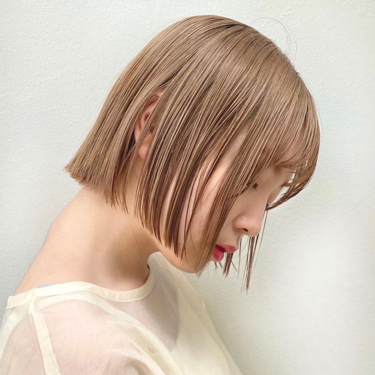 ミルクティーベージュ ヌーディベージュ 切りっぱなしボブ ハイトーンカラー ヘアスタイルや髪型の写真・画像