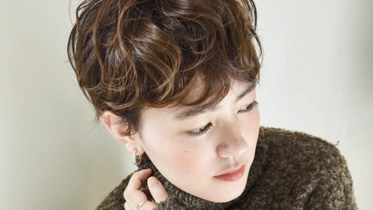 くるくるパーマの可愛いヘアスタイル|カーリーヘアーの巻き方も紹介