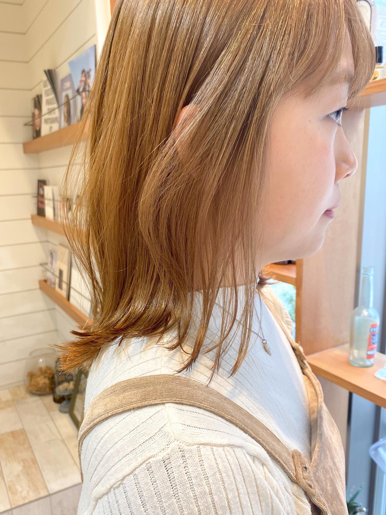 ミルクティーベージュ カジュアル セミロング ベージュカラー ヘアスタイルや髪型の写真・画像