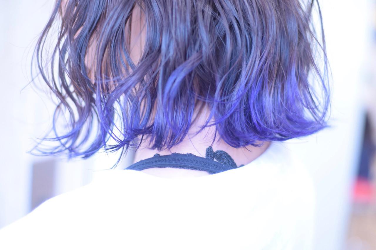 ブルーバイオレット 裾カラー ショートヘア 切りっぱなしボブ ヘアスタイルや髪型の写真・画像
