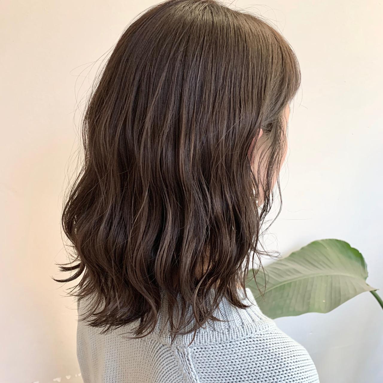 セミロング アッシュベージュ ブラウンベージュ フェミニン ヘアスタイルや髪型の写真・画像