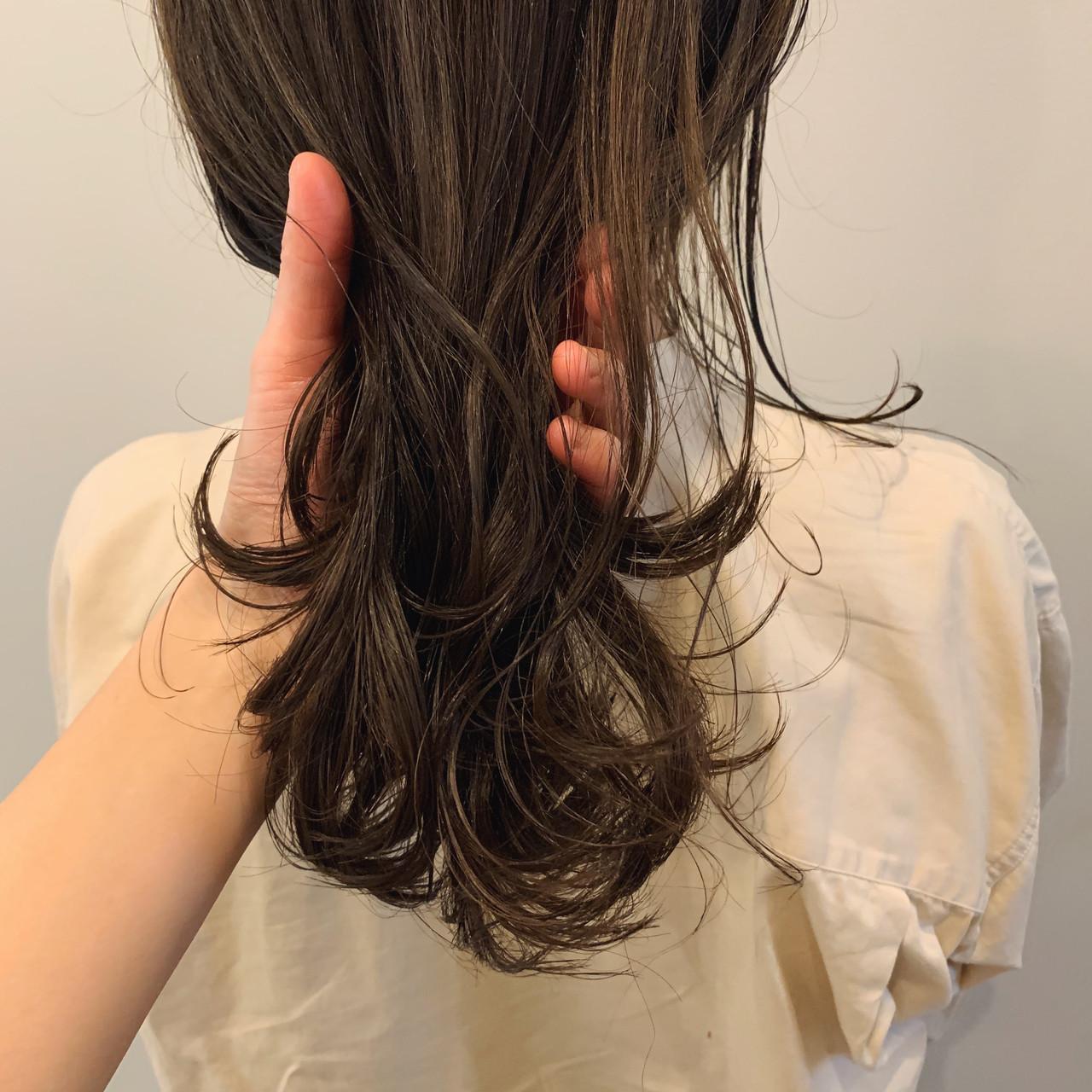 オリーブカラー オリーブアッシュ セミロング ミディアムヘアー ヘアスタイルや髪型の写真・画像