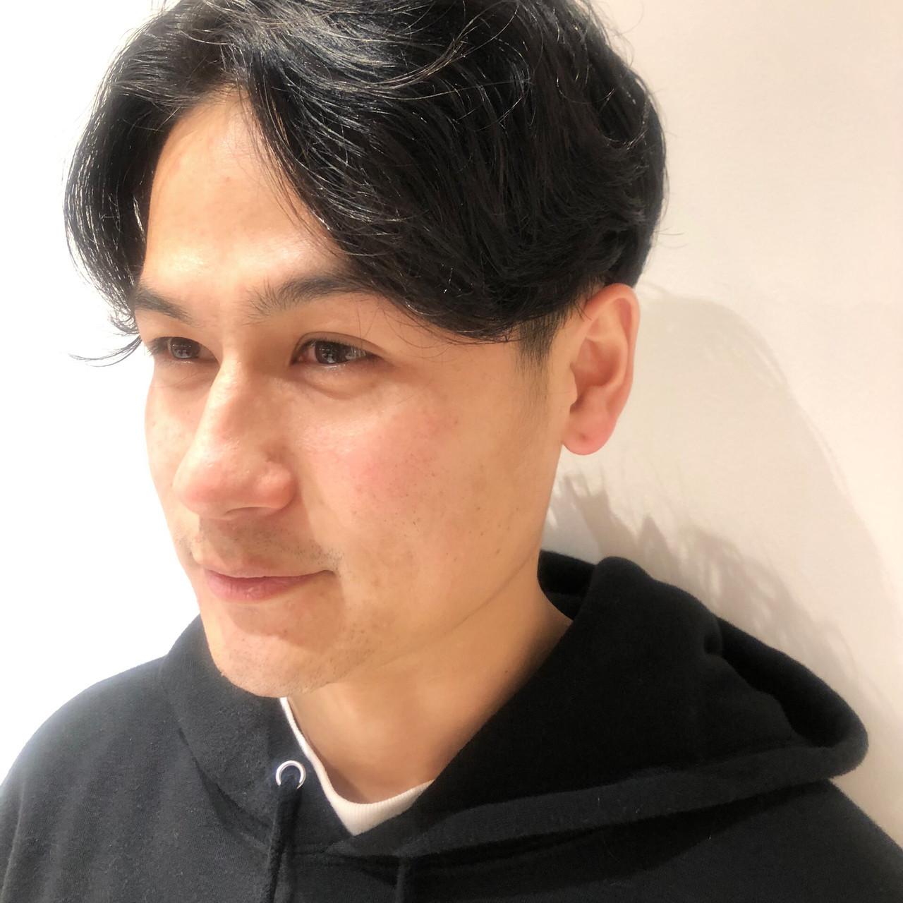 メンズパーマ メンズ センターパート ナチュラル ヘアスタイルや髪型の写真・画像