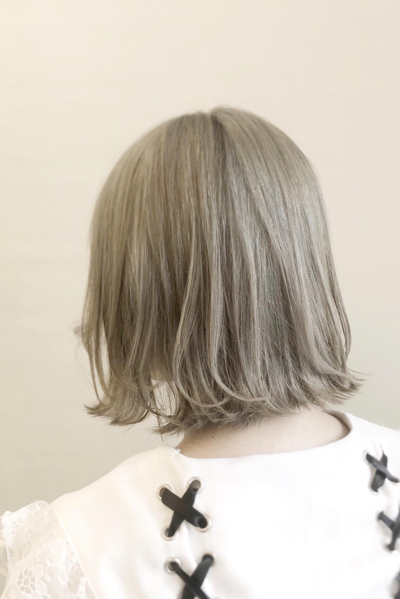 フェミニン ボブ ホワイトシルバー ホワイトブリーチ ヘアスタイルや髪型の写真・画像
