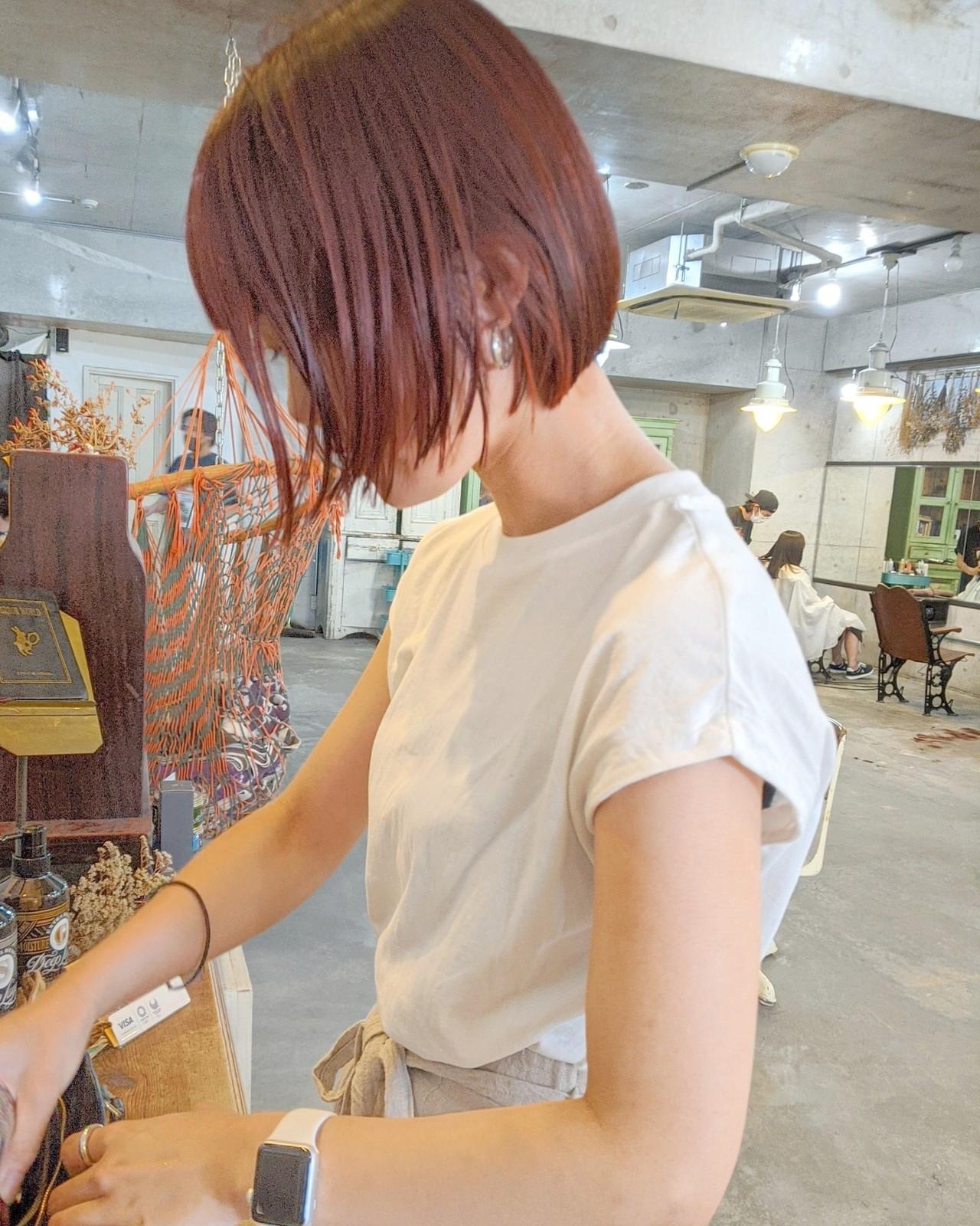 赤髪 チェリーレッド 切りっぱなしボブ ショートヘア ヘアスタイルや髪型の写真・画像