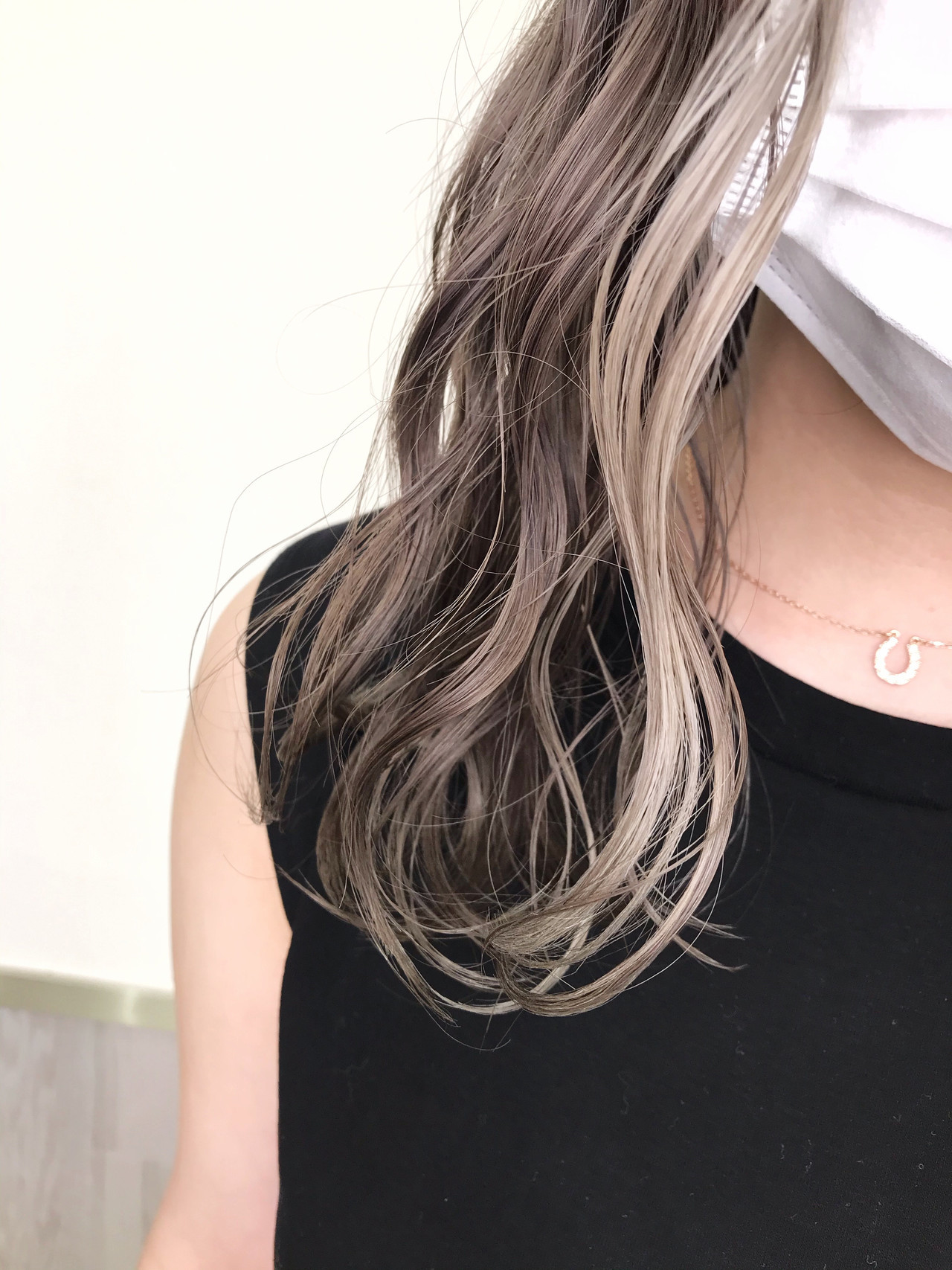 プラチナブロンド グレージュ インナーカラー ハイライト ヘアスタイルや髪型の写真・画像