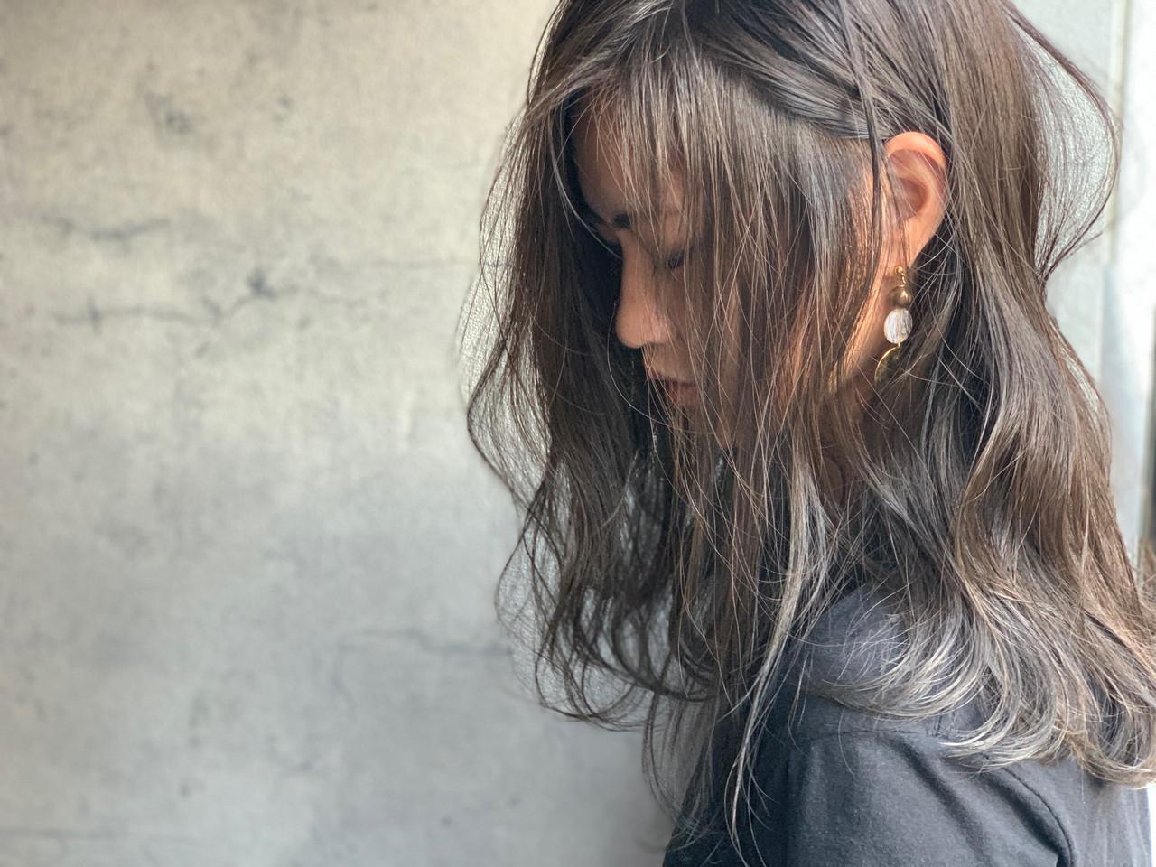 ナチュラル 耳かけ くびれカール バレイヤージュ ヘアスタイルや髪型の写真・画像