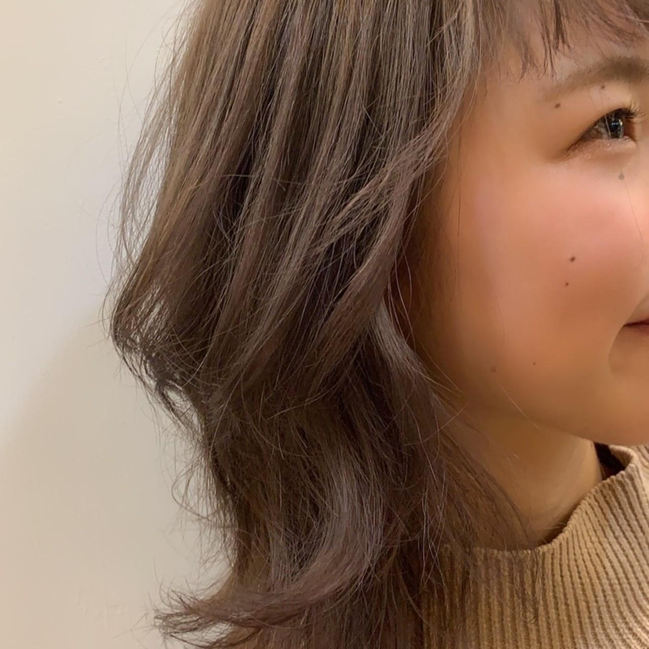 グレージュ ミディアム レイヤーカット フェミニン ヘアスタイルや髪型の写真・画像