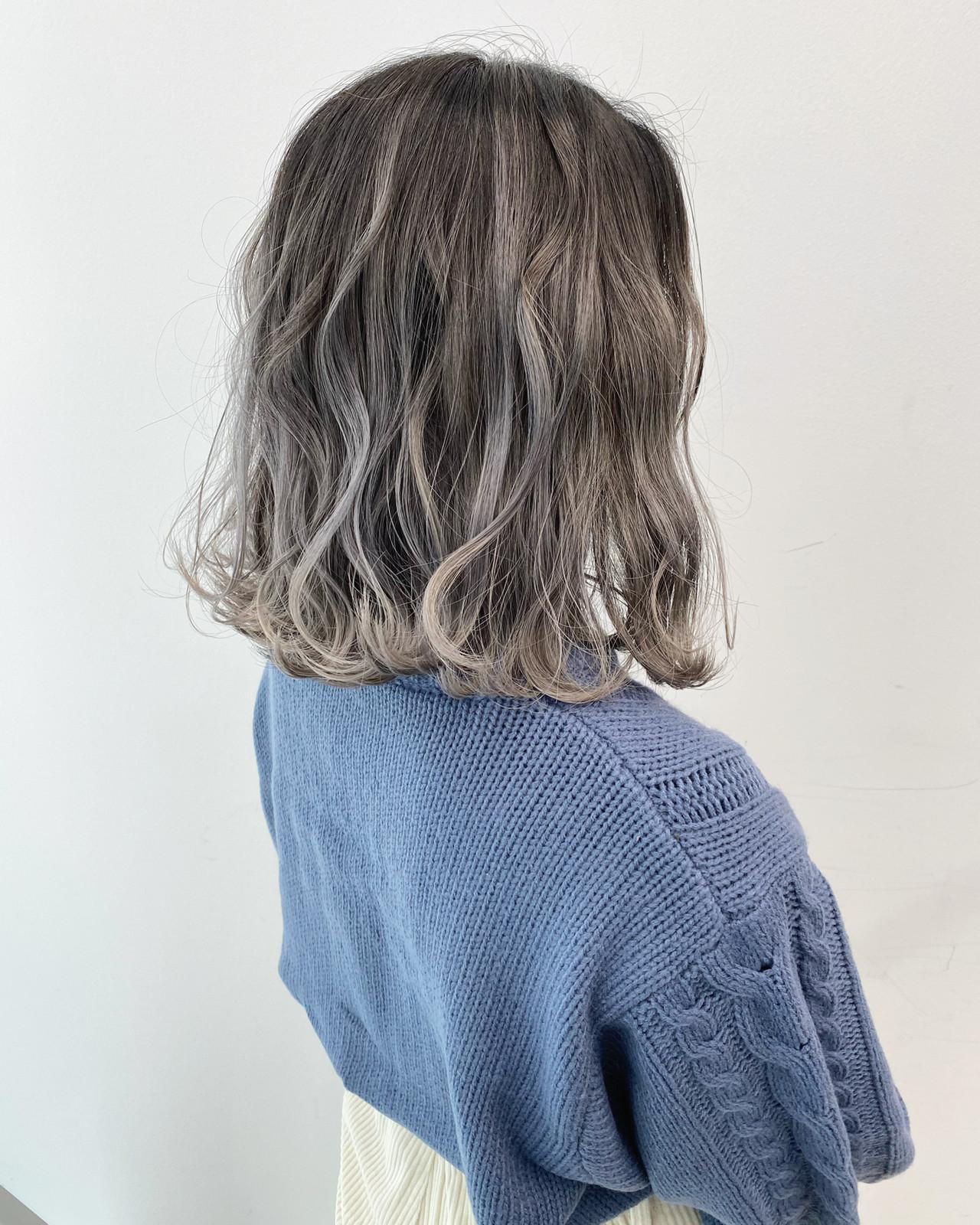 バレイヤージュ ストリート グレージュ ミディアム ヘアスタイルや髪型の写真・画像