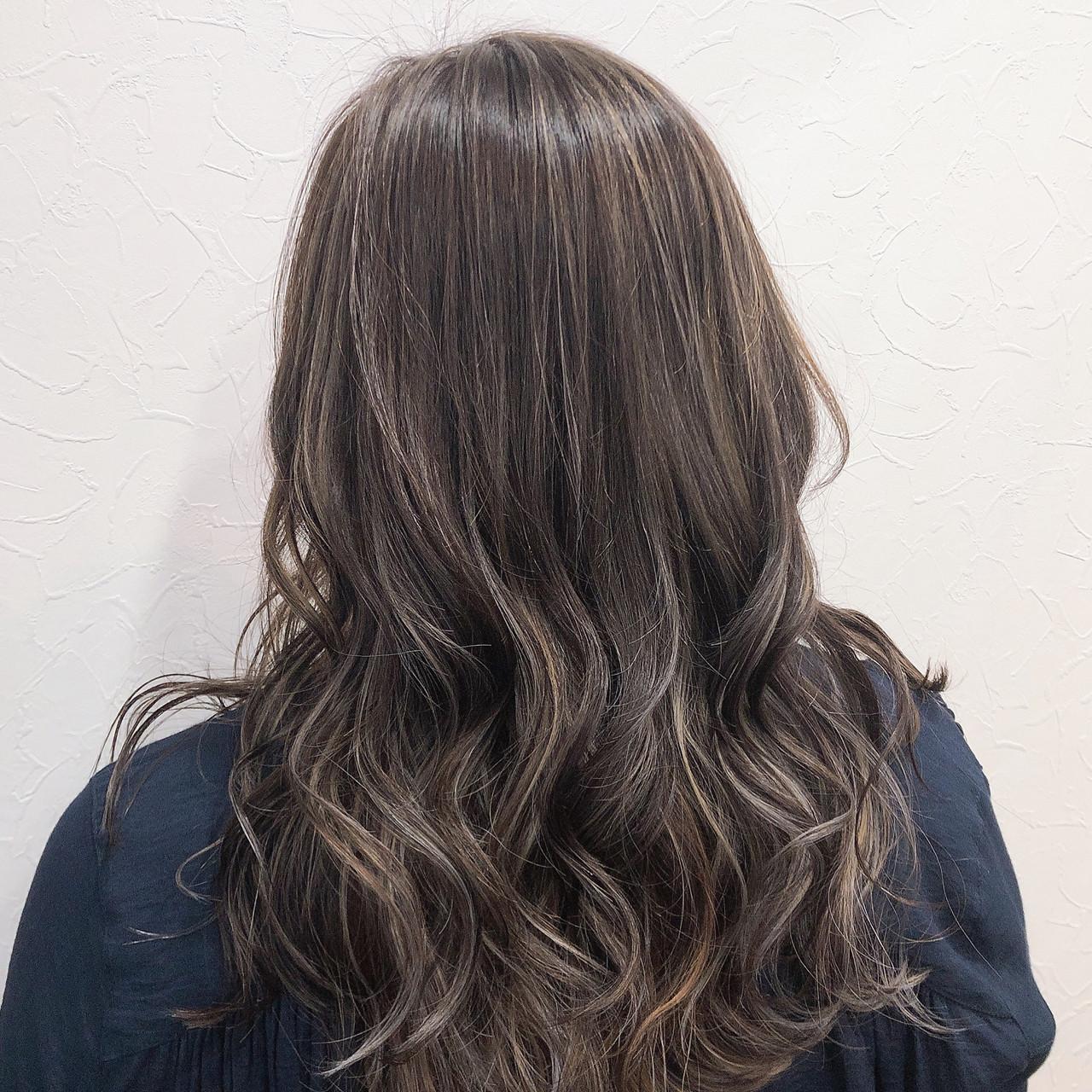フェミニン ロング アッシュグレージュ 大人ハイライト ヘアスタイルや髪型の写真・画像
