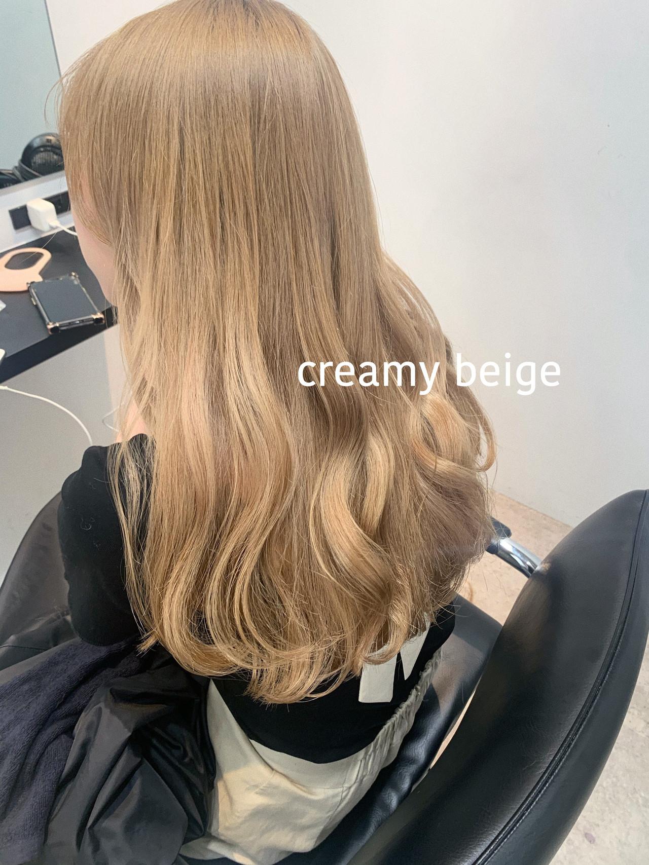 ロング クリーミーカラー フェミニン シアーベージュ ヘアスタイルや髪型の写真・画像