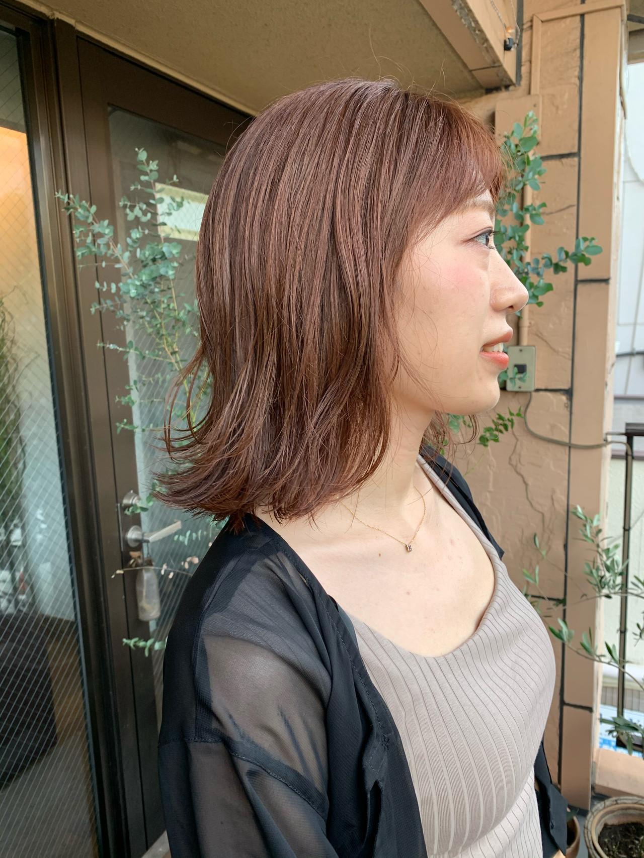 ピンクベージュ レイヤーカット ナチュラル ミディアムレイヤー ヘアスタイルや髪型の写真・画像