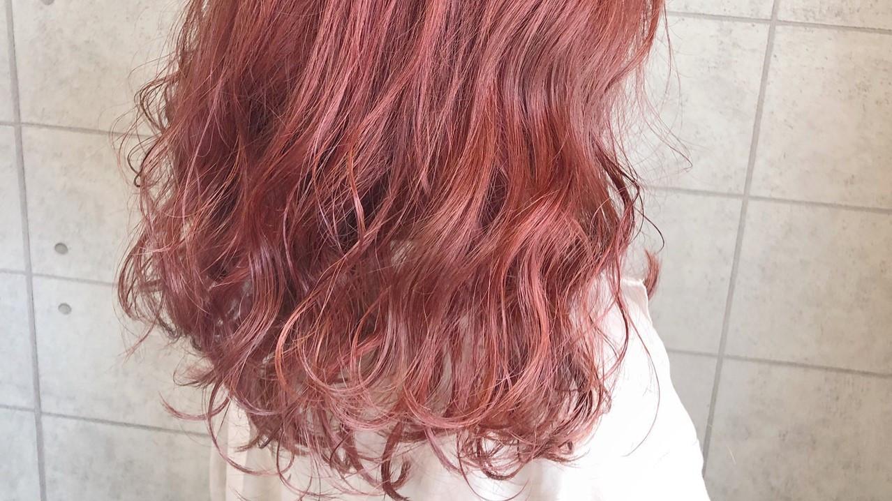 サーモンピンクのヘアカラーが大人可愛い!レングス別スタイル一覧