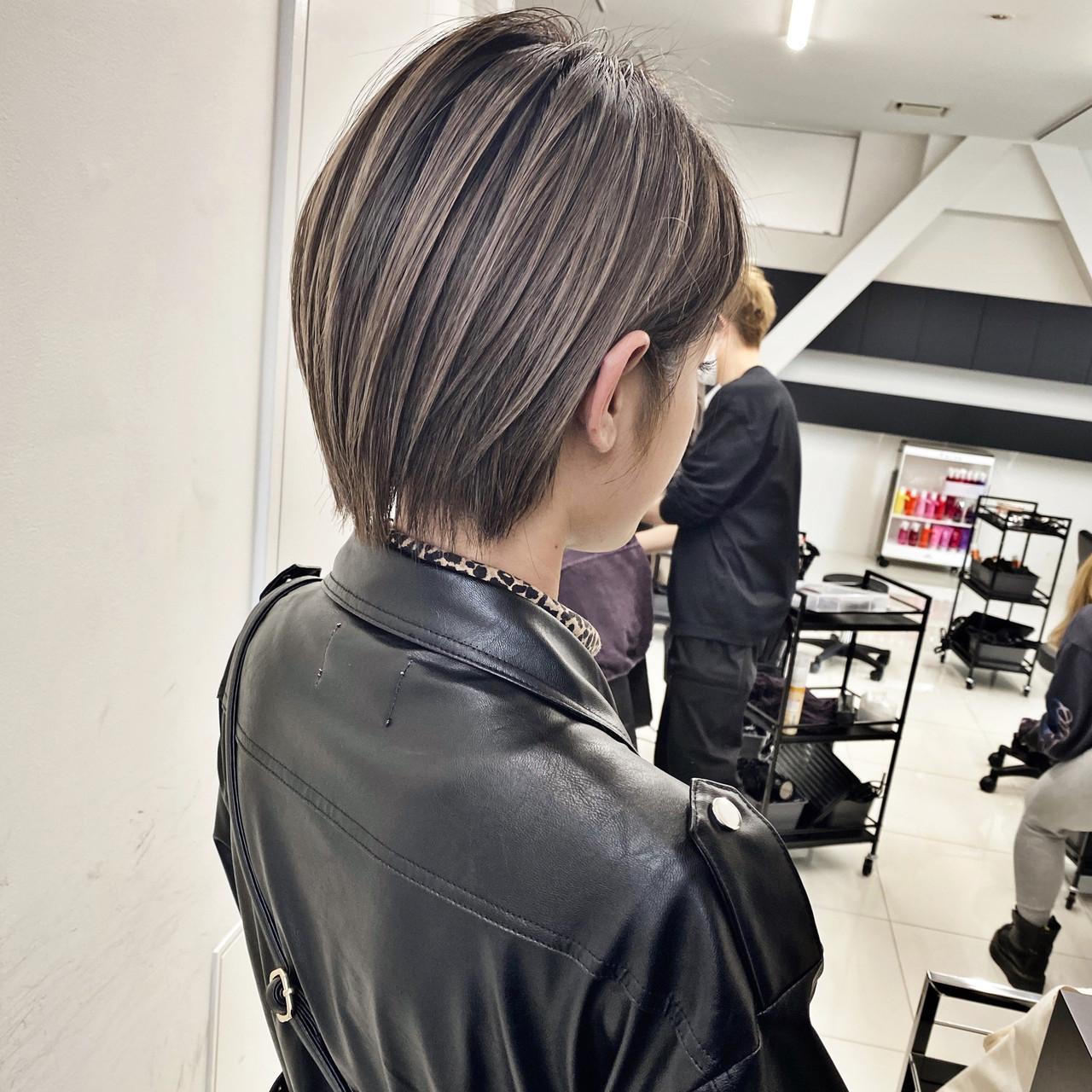 グレージュ ショートボブ ハンサムショート ラベンダーグレージュ ヘアスタイルや髪型の写真・画像