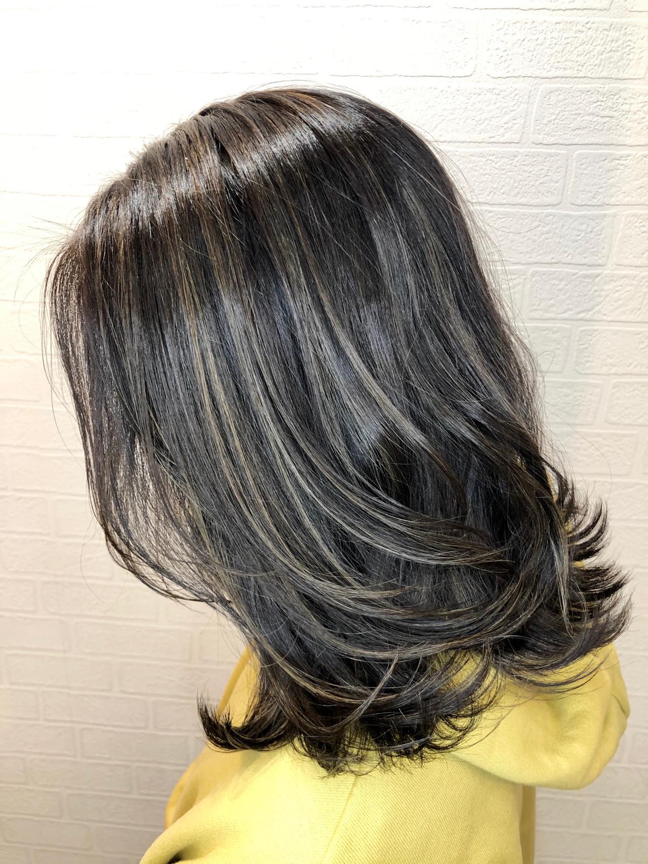 ハイライト ミディアム 切りっぱなしボブ オリーブグレージュ ヘアスタイルや髪型の写真・画像