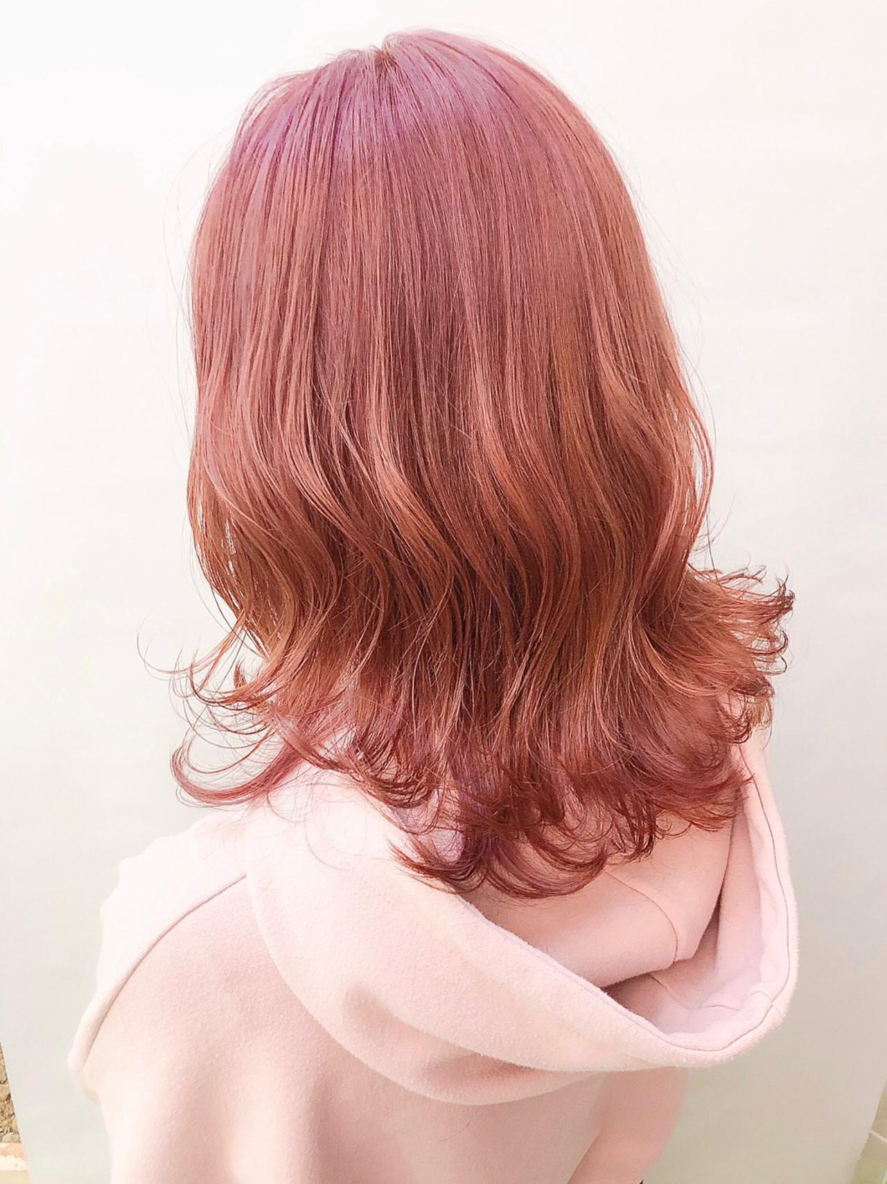 ラズベリーピンク セミロング ガーリー ブリーチカラー ヘアスタイルや髪型の写真・画像