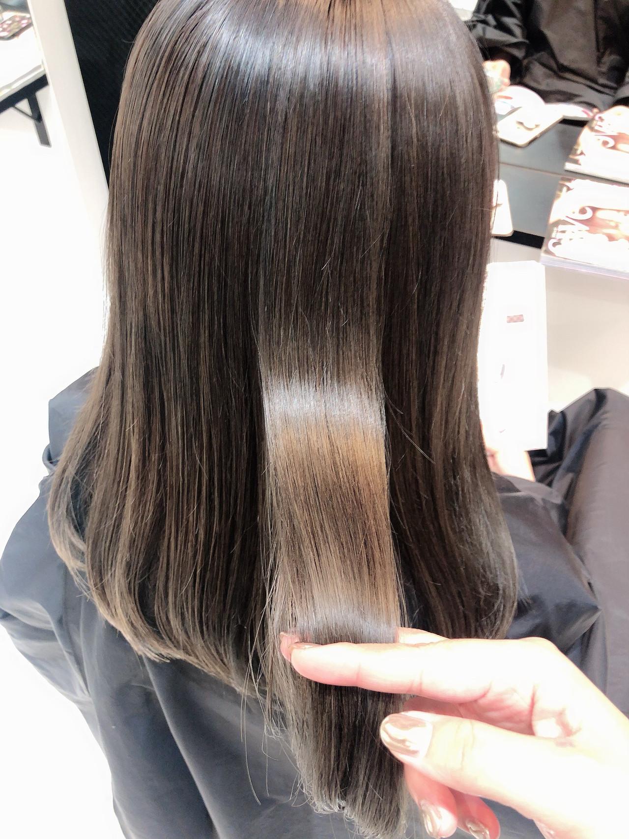 オリーブベージュ ストレート セミロング オリーブカラー ヘアスタイルや髪型の写真・画像
