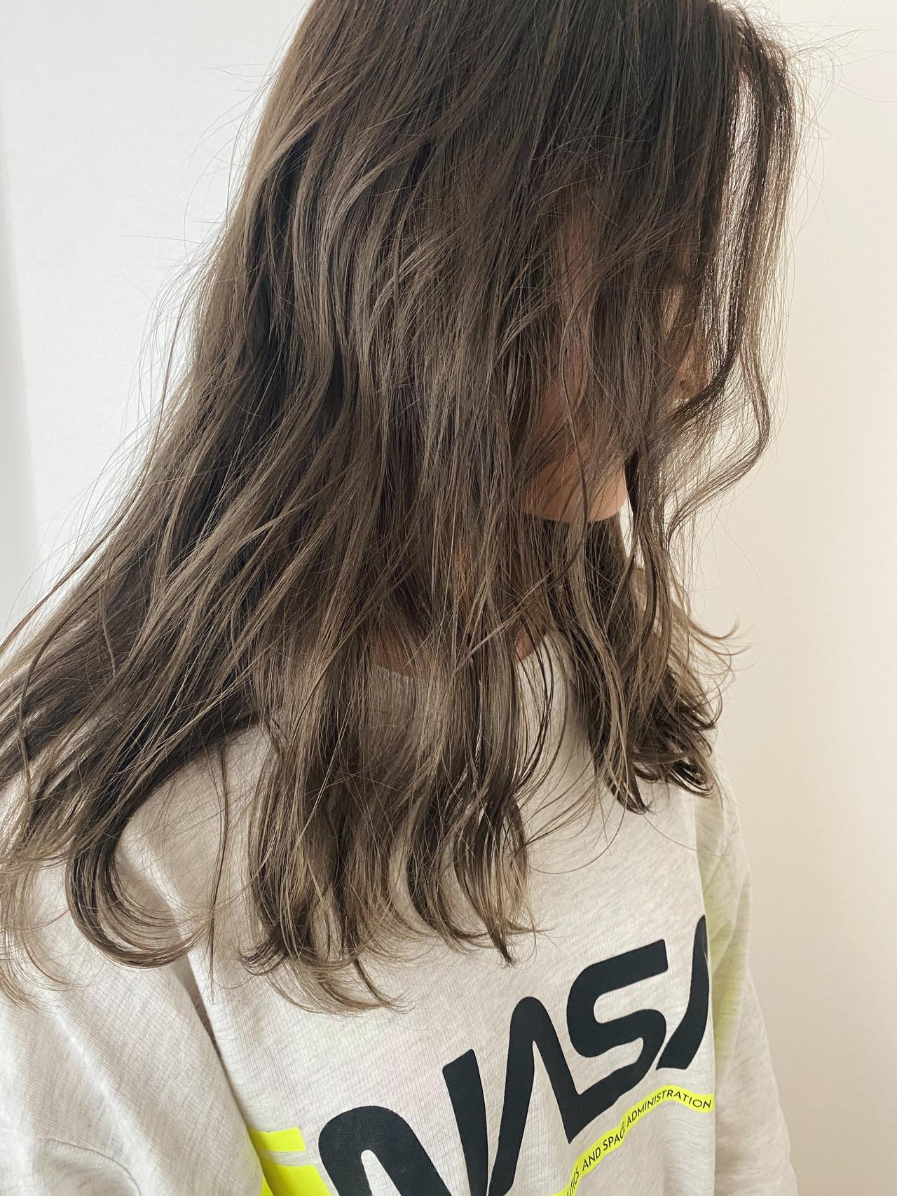 セミロング グレージュ ストリート ブリーチオンカラー ヘアスタイルや髪型の写真・画像