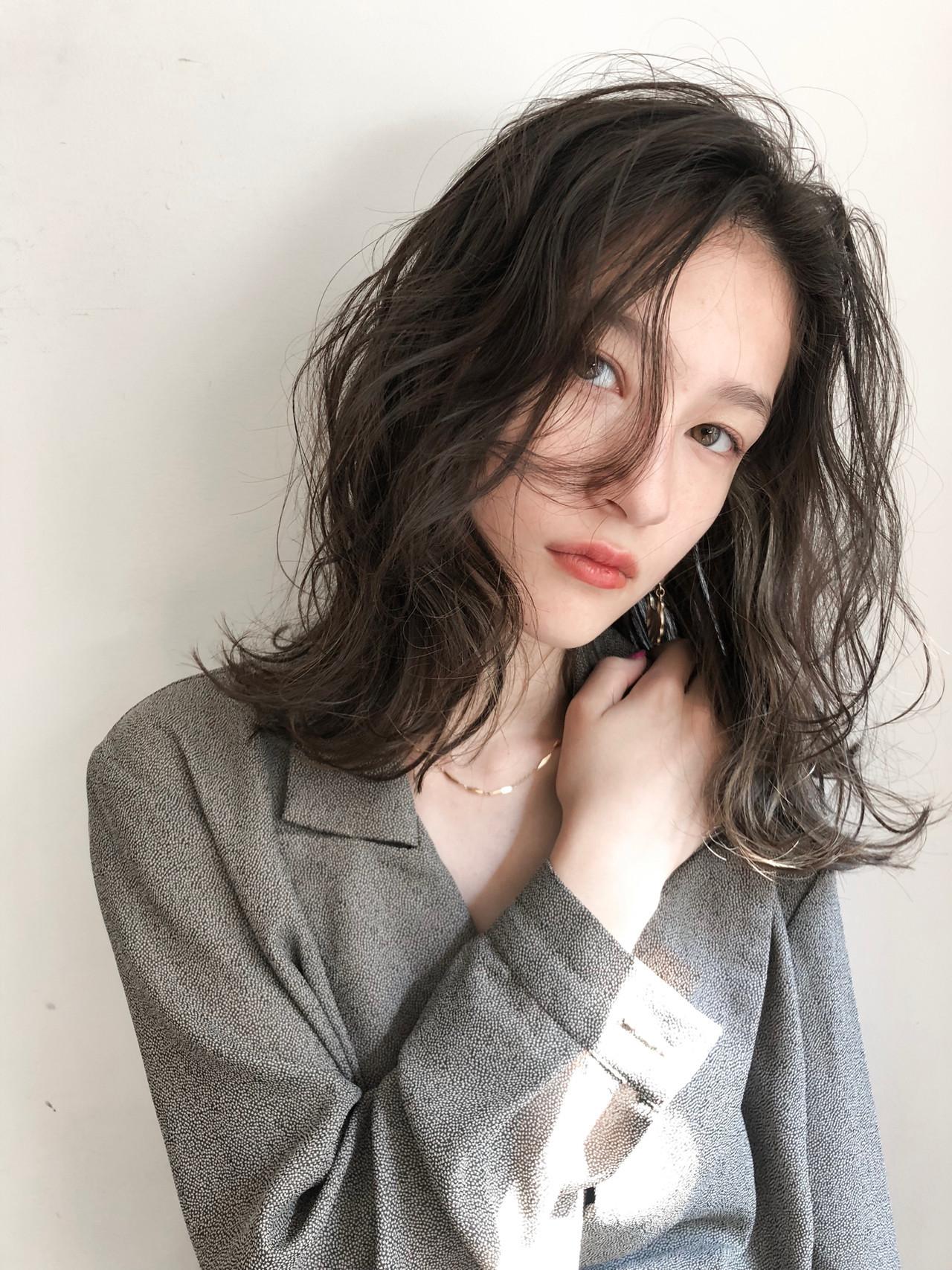 インナーカラー ミディアム 暗髪 インナーカラーグレージュ ヘアスタイルや髪型の写真・画像