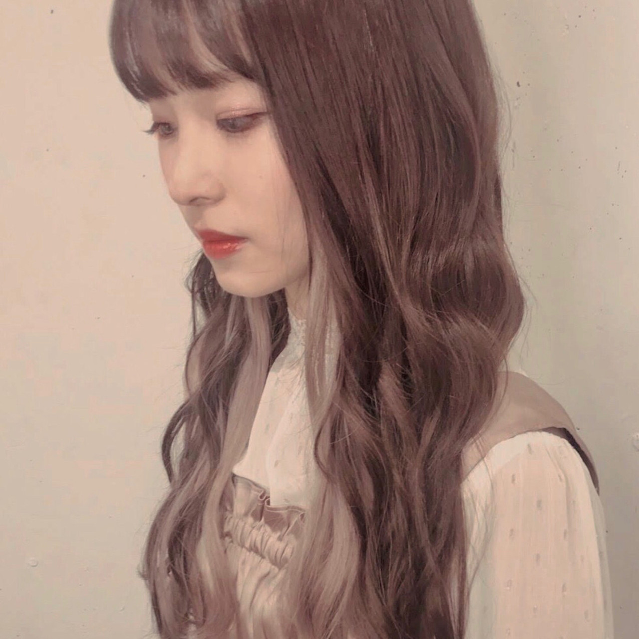 イルミナカラー ロング 透明感 ミルクティーベージュ ヘアスタイルや髪型の写真・画像