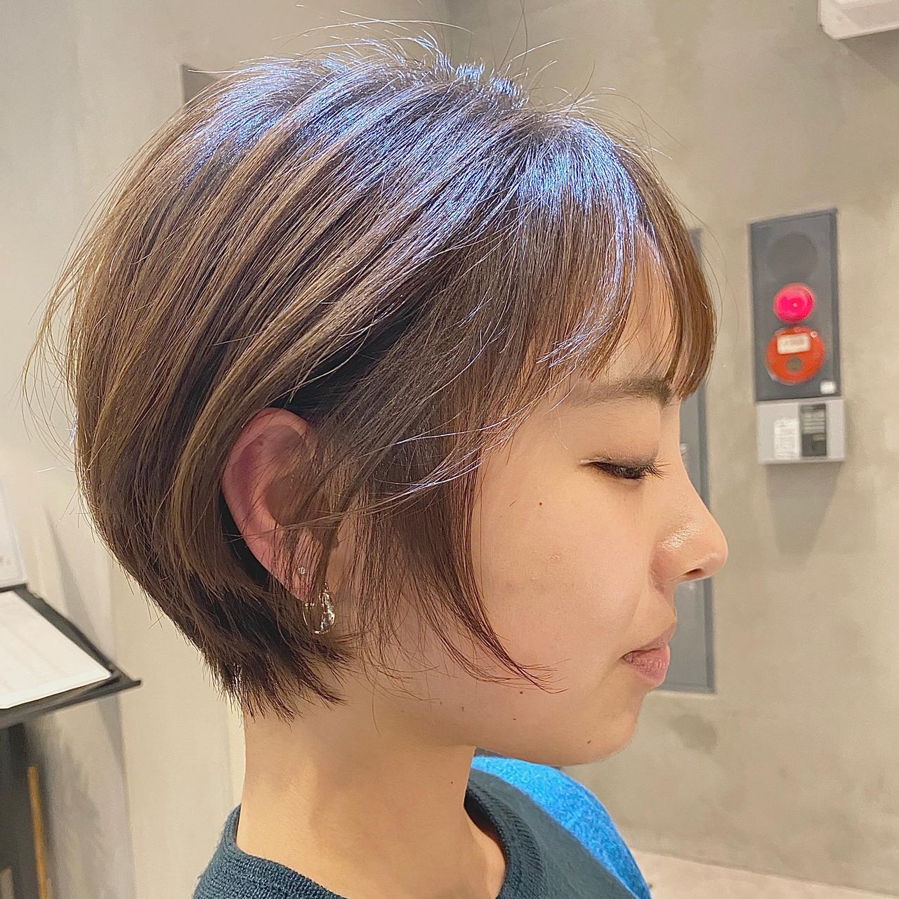 ショートヘア グレージュ ナチュラル エアリー ヘアスタイルや髪型の写真・画像